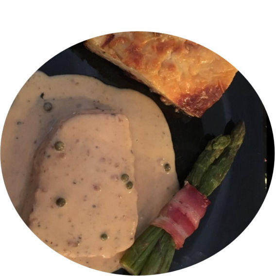 Paneils Benidorm: Tuna Steak with Creamy Peppercorn Sauce